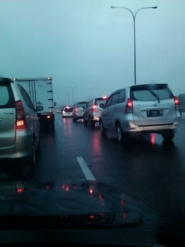 Kemacetan terjadi di simpang Jorr-Jogorawi*sumber teman juragan yang kejebak macet dah 2 jam lebih dari depok